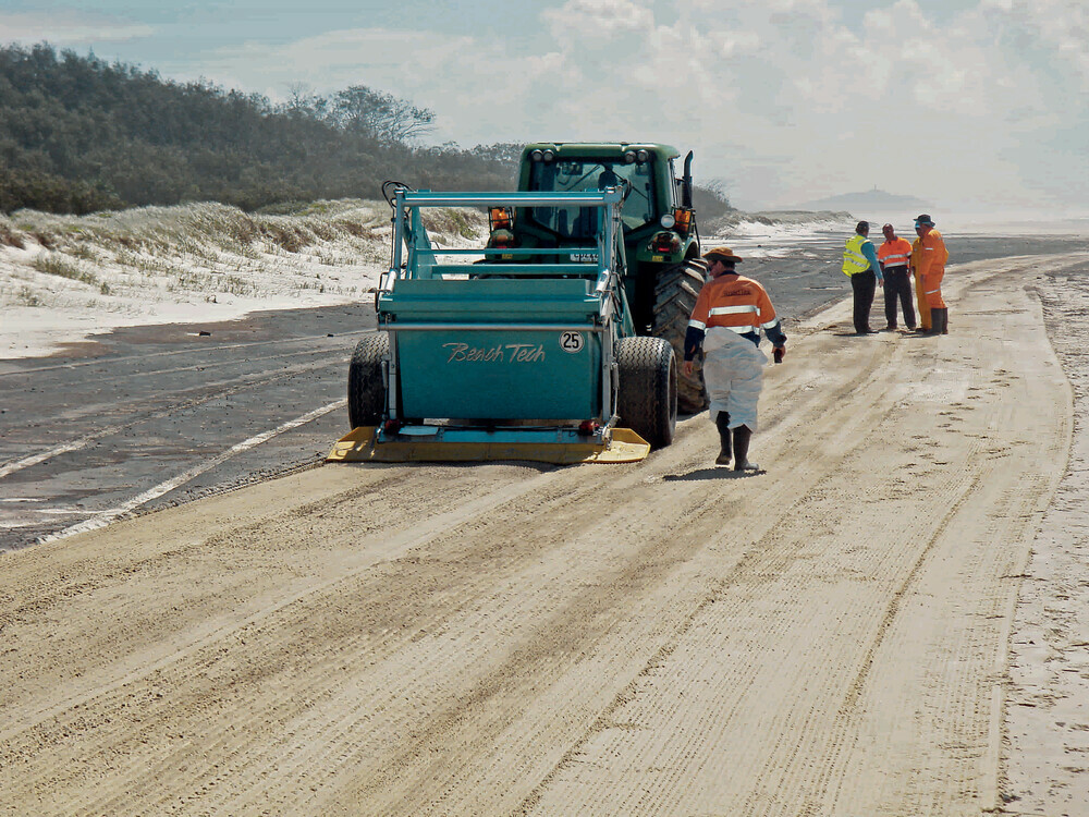 The proven screening technology and particularly fine screening belts can then be used to separate the oily layer from the undamaged sand. Due to the patented technology of the BeachTech units, a large part of the sand can be saved by completely removing only the top layer of sand in a gentle manner.